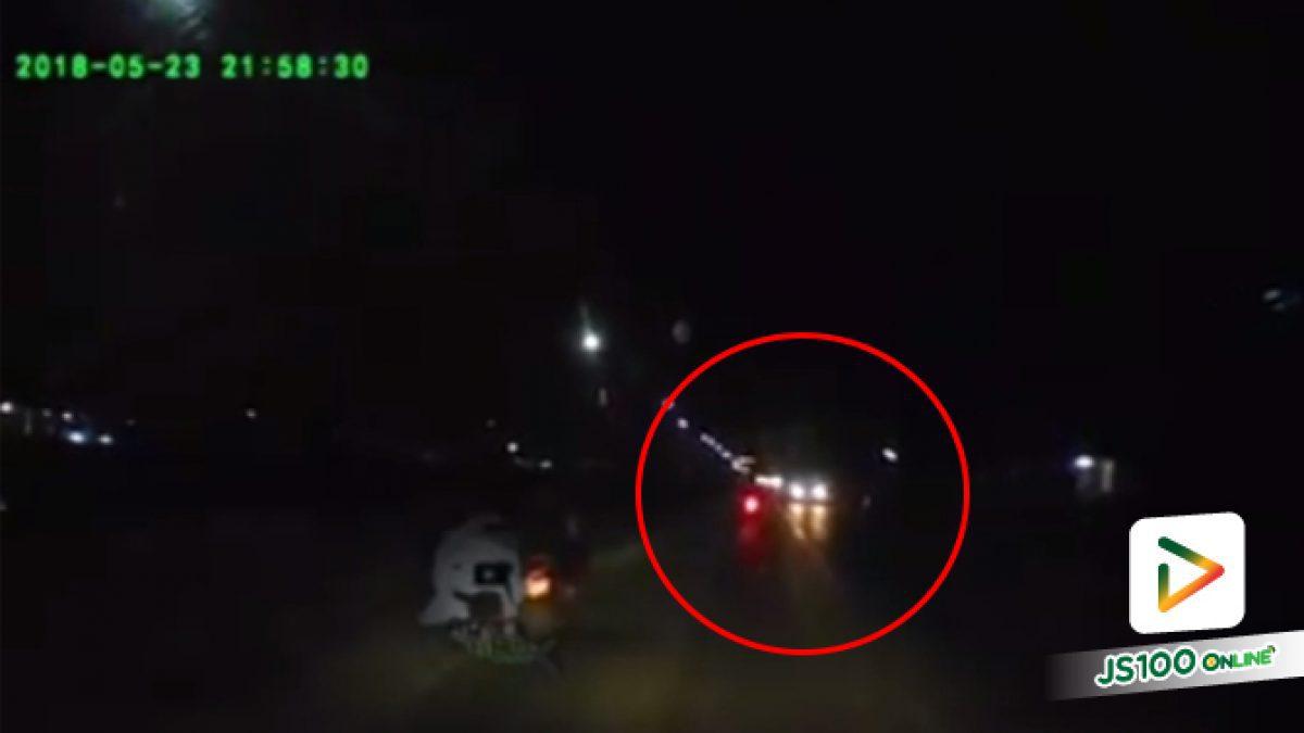 คลิปวินาทีกระบะชนท้ายรถจักรยานยนต์ที่ชะลอรถอยู่กลางถนนพร้อมเปิดไฟเลี้ยวขวาเพื่อจะเข้าหอพัก (24-05-61)