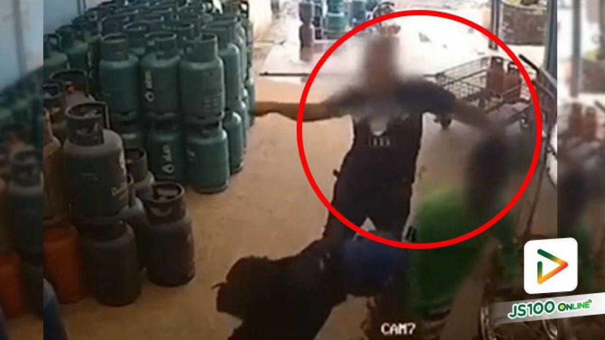 รู้ตัวแล้ว! ชายกร่างอ้างเป็นตำรวจ บุกทำร้ายร่างกายลูกจ้างร้านแก๊สถึงในร้าน ได้รับบาดเจ็บ