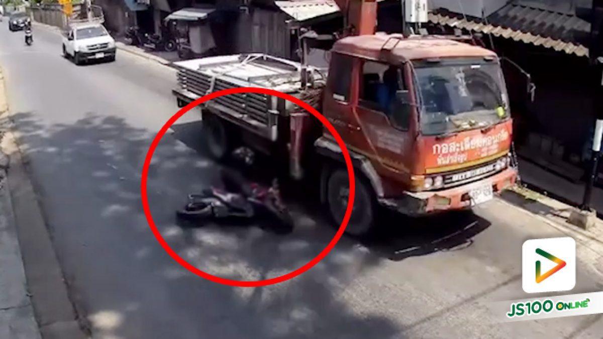 จยย.ซิ่งแซงรถบรรทุก ก่อนเสียหลักล้มถูกล้อทับศีรษะ เสียชีวิต