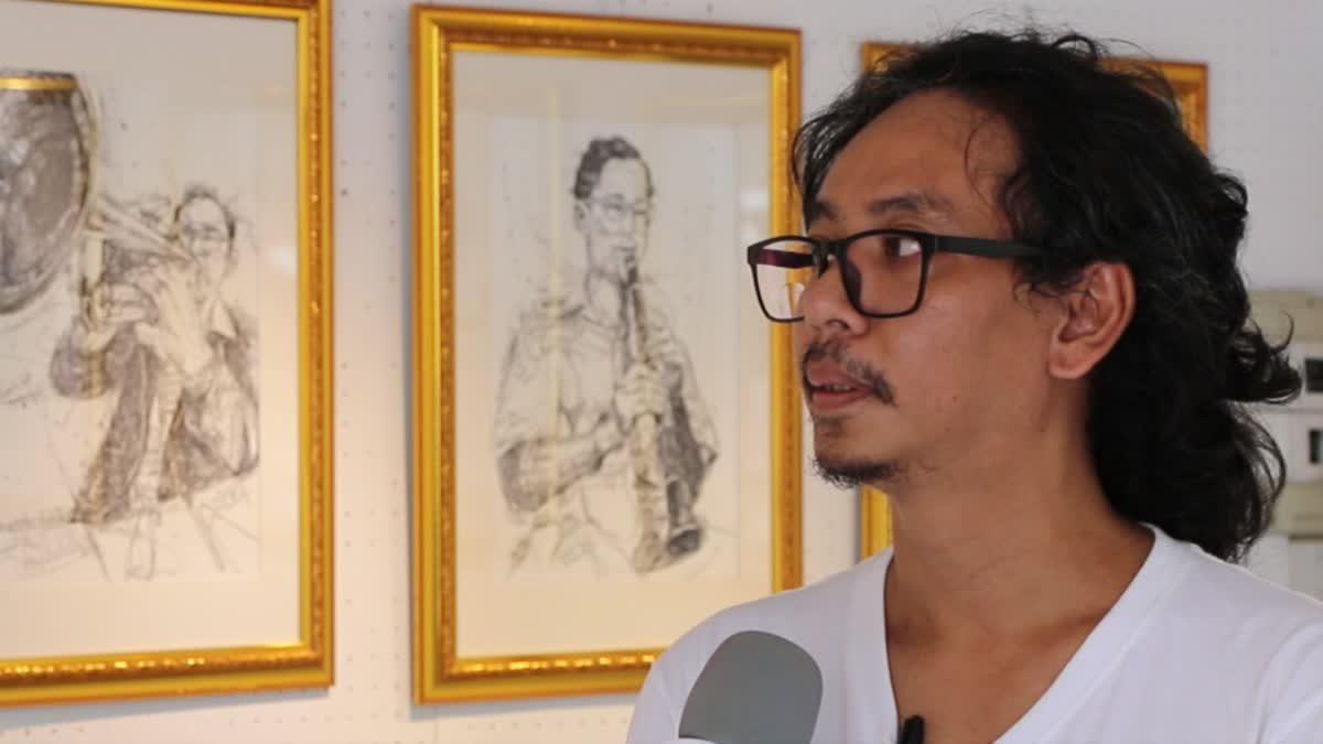 ศิลปินหนุ่ม ใช้ปากกาดำวาดภาพพระราชกรณียกิจ ในหลวง ร.9