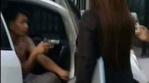 คลิปว่อนหนุ่มถือปืนขู่ หลังถูก จนท. ทวงหนี้ตามยึดรถ