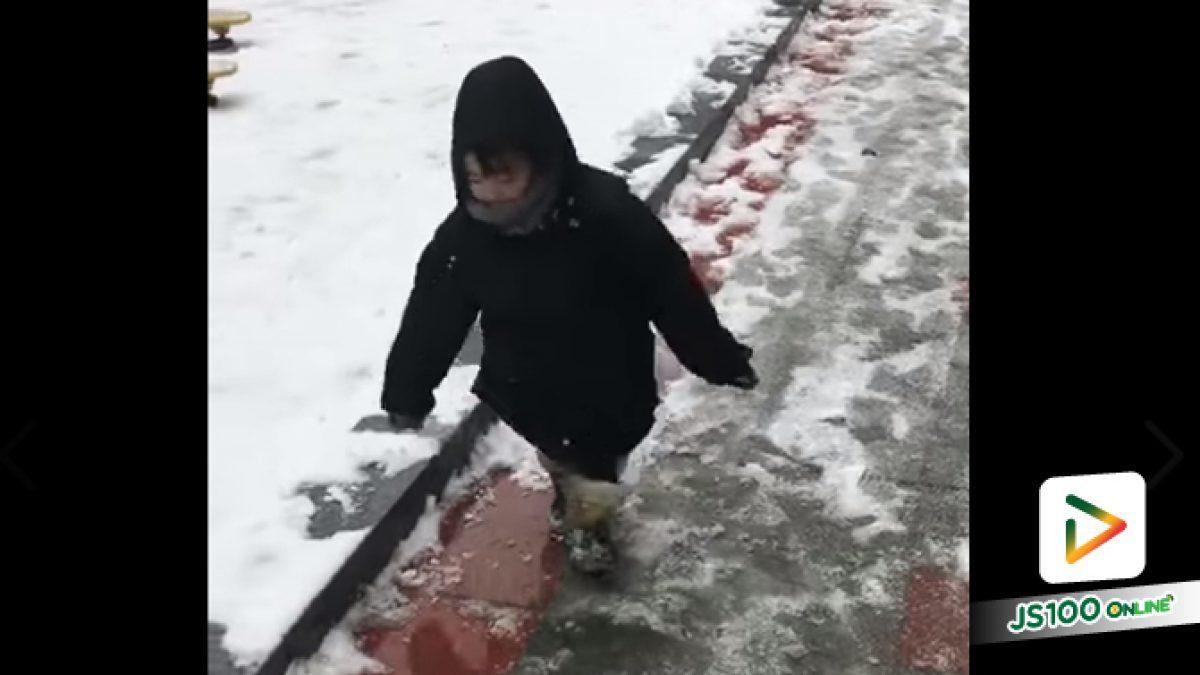 คลิปน้องเดินๆบนถนนที่เต็มไปด้วยหิมะก็ลื่นล้ม (16-08-61)