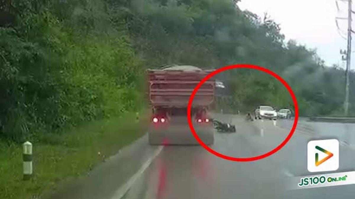 ฝนตกถนนลื่น! จยย.เสียหลักล้มเอง เคราะห์ดีทั้งเก๋งและรถบรรทุกเบรคทัน (04/11/2020)