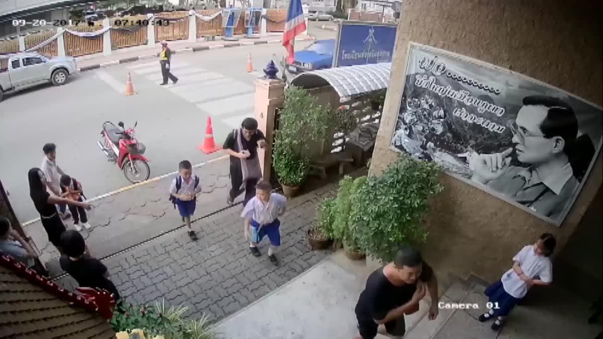 ปรบมือรัวๆ!! ตำรวจโดดขวาง จยย. เสียหลักจะพุ่งชนเด็กอนุบาล