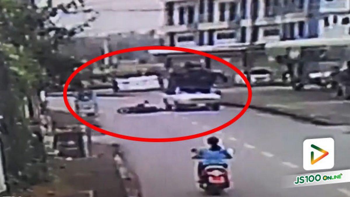 ทำไมข้ามถนนไม่ดูรถเลย คนขี่จยย.เกือบถูกปิคอัพทับ.. (28/10/2020)