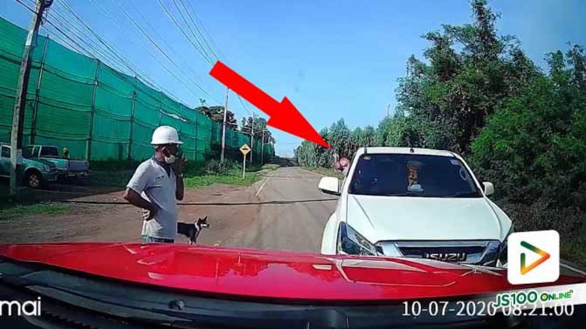 ไฟเลี้ยวไม่เปิด! บอกมองไม่เห็นนี่รถสีแดงนะ แถมขึ้นเสียงใส่อีก..