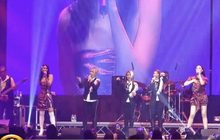 """""""สาว สาว สาว"""" ประชัน """"Triumphs Kingdom"""" บนเวทีคอนเสิร์ต"""