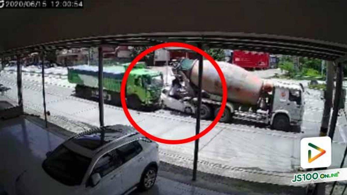รอดปาฏิหาริย์!! รถบรรทุกชนเก๋ง พุ่งอัดท้ายรถโม่ปูนที่จอดติดไฟแดง