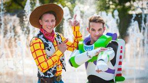 คู่รักเกย์ สวมชุดวิวาห์เป็น Buzz Lightyear และ Woody งานแต่งธีมดิสนีย์ที่น่ารักที่สุดในโลก