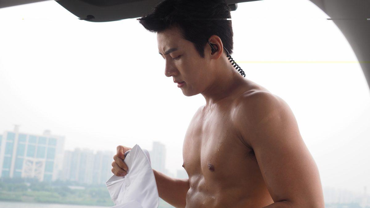 พระเอกเกาหลี 'จีซางอุค' แก้ผ้าโชว์บู๊เก็บสบู่ในห้องน้ำ