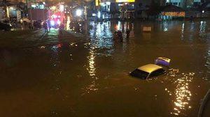 น้ำทะลักท่วมถนนเมืองเพชรบุรี ทำรถจมหายทั้งคัน-โรงเรียนสั่งหยุด 4 วัน