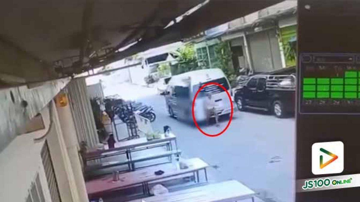 หญิงชราถูกรถตู้โรงเรียนถอยหลังชนจนเสียชีวิต (14/10/2019)