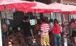 ประชาชนแห่ซื้อทุเรียนราคาถูกที่สิงห์บุรี