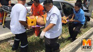 พระขับเก๋งชนป้ายบอกทางย่านปทุมธานี ได้รับบาดเจ็บ