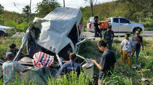 อีกแล้ว!! รถตู้โดยสารเมืองจันท์ยางแตก พุ่งตกข้างทาง ดับ 1 เจ็บเพียบ