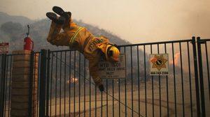 """ไฟป่า """"ธิคไฟร์"""" ในแคลิฟอร์เนีย โหมลุกไหม้ต้องอพยพผู้คนนับแสน"""