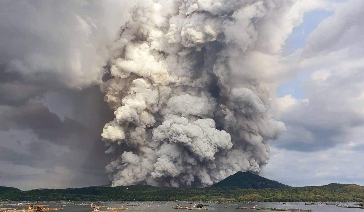 นาทีภูเขาไฟตาอัลระเบิด! ทำกลุ่มควันลอยขึ้นท้องฟ้ากว่า 15 กม.