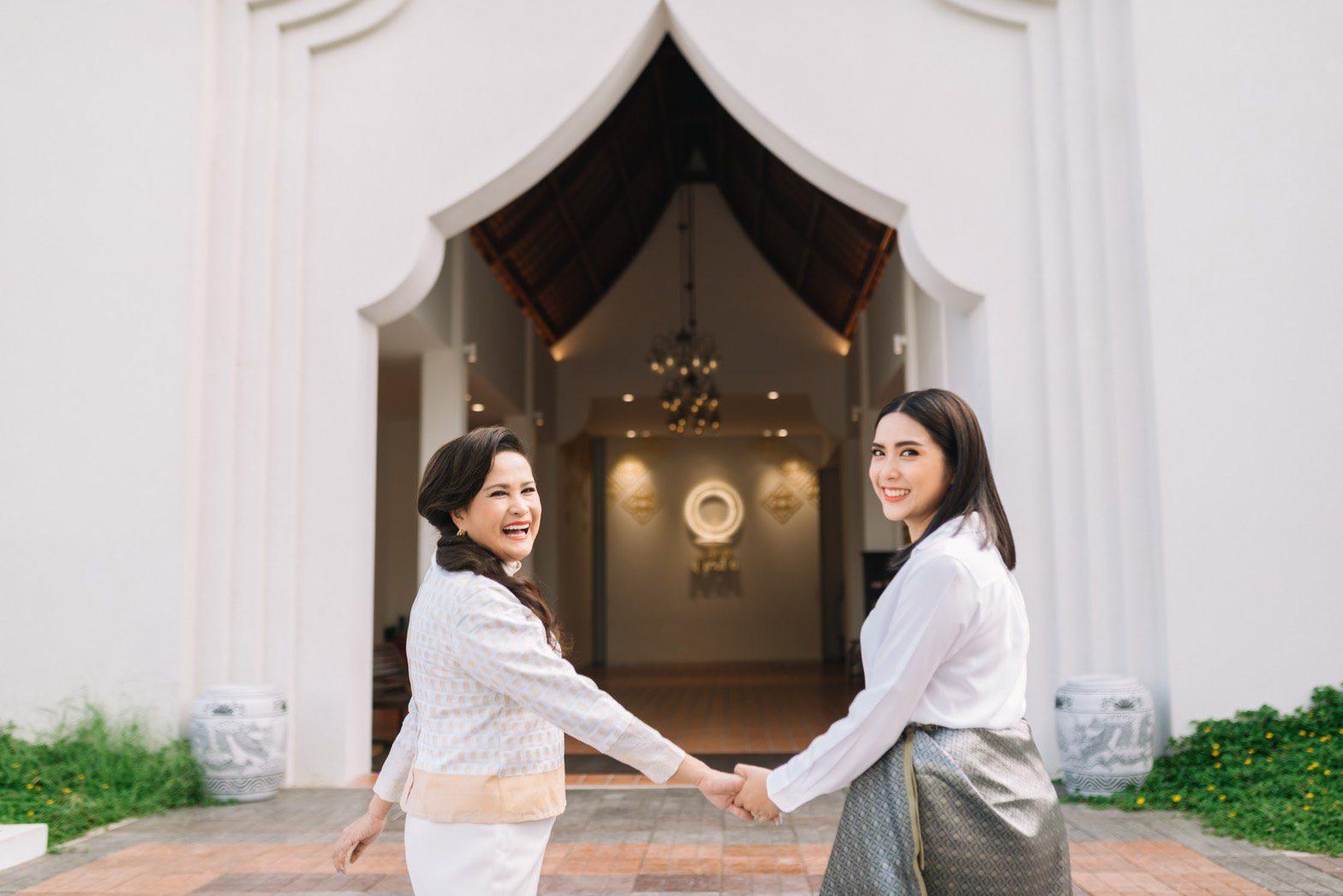 """เพลง ชวน แม่อ้อย-กาญจนา แต่งชุดไทย เที่ยว """"ณ สัทธา"""" จ.ราชบุรี ต้อนรับวันแม่แห่งชาติ"""