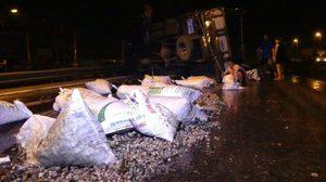ชื่นชมคนปทุมฯ ลุยช่วยเก็บอาหารทะเล หลังรถคว่ำเทกระจาด เกลื่อนถนน