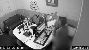 ดีเจหนุ่มพาสาวเข้าไปมี เซ็กซ์ กันในห้องจัดรายการ และถูกจับภาพไว้ได้โดยกล้องวงจรปิด