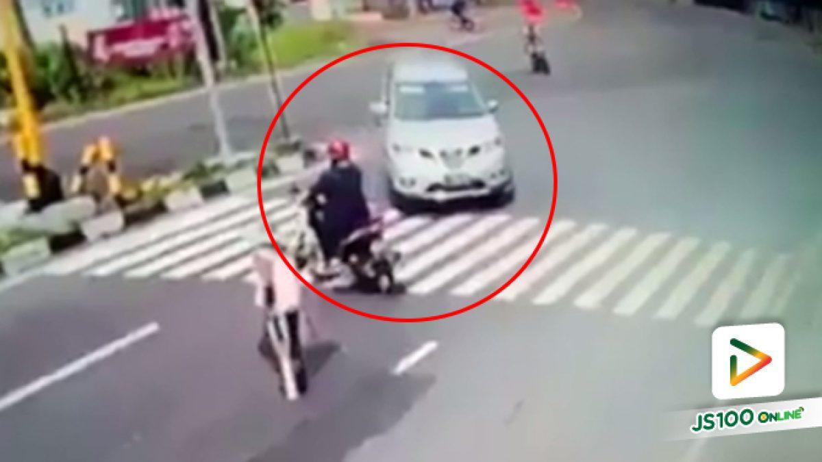 คลิปเก๋งกลับรถมาชนจยย.และคนข้ามถนน (22-05-61)