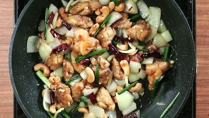 วิธีทำ ไก่ผัดเม็ดมะม่วง เมนูอาหารทำง่าย อร่อยกลมกล่อม