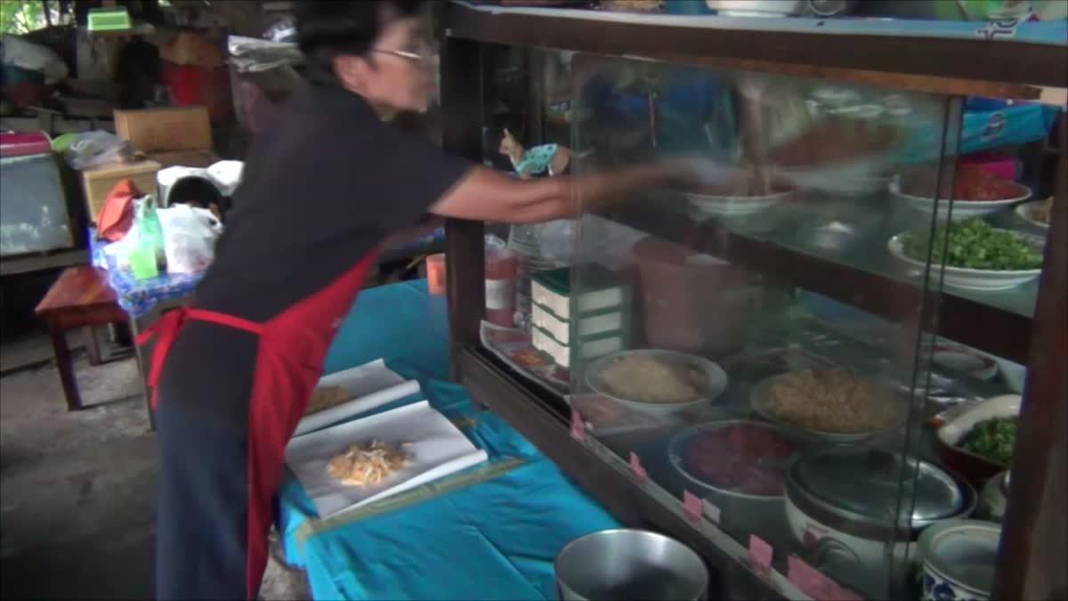 แม่ค้าผัดไทยเผยเคล็ดลับ ใช้ฟืนทำอาหารเพิ่มรสชาติความอร่อย