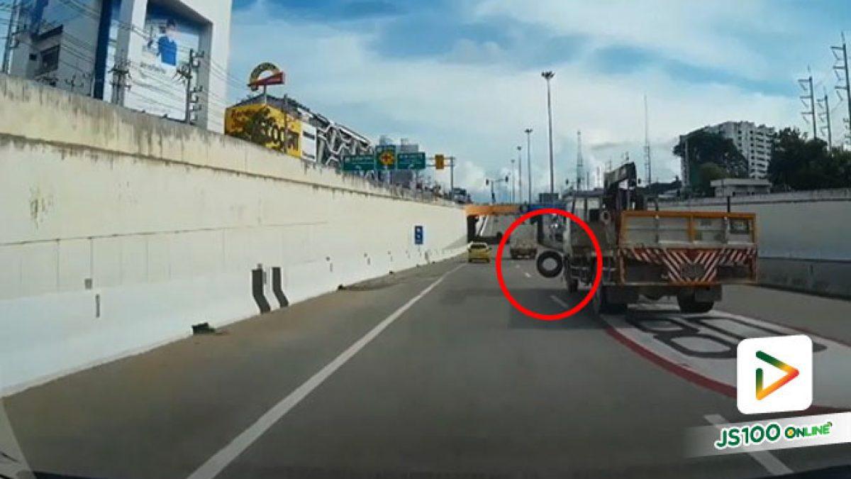 ประมาทเกินไป!! รถบรรทุกวางยางไม่ดี ยางร่วงเด้งเฉียดหน้ารถยนต์ไปหวุดหวิด (05/09/2019)