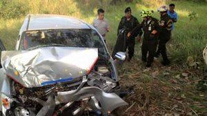 สลด! หนุ่มขับรถเกิดหลับในพุ่งชนต้นไม้ ลูกสาวดับ เจ็บ 3