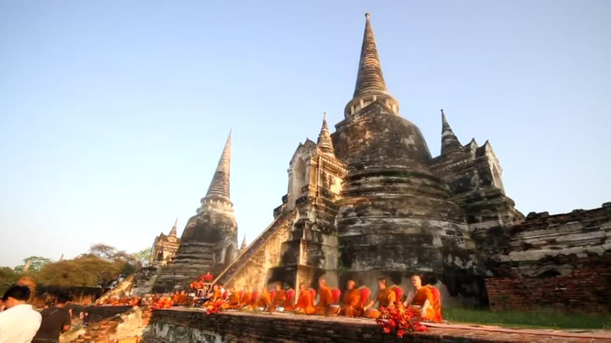 อยุธยาแต่งชุดไทยทำบุญเมืองวันปีใหม่ไทย