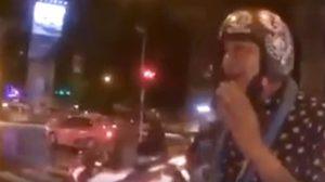 ใจถึงมาก! หนุ่มยื่นหมวกกันน็อคให้ตำรวจ หลังพบขี่ จยย. โดยไม่สวมใส่