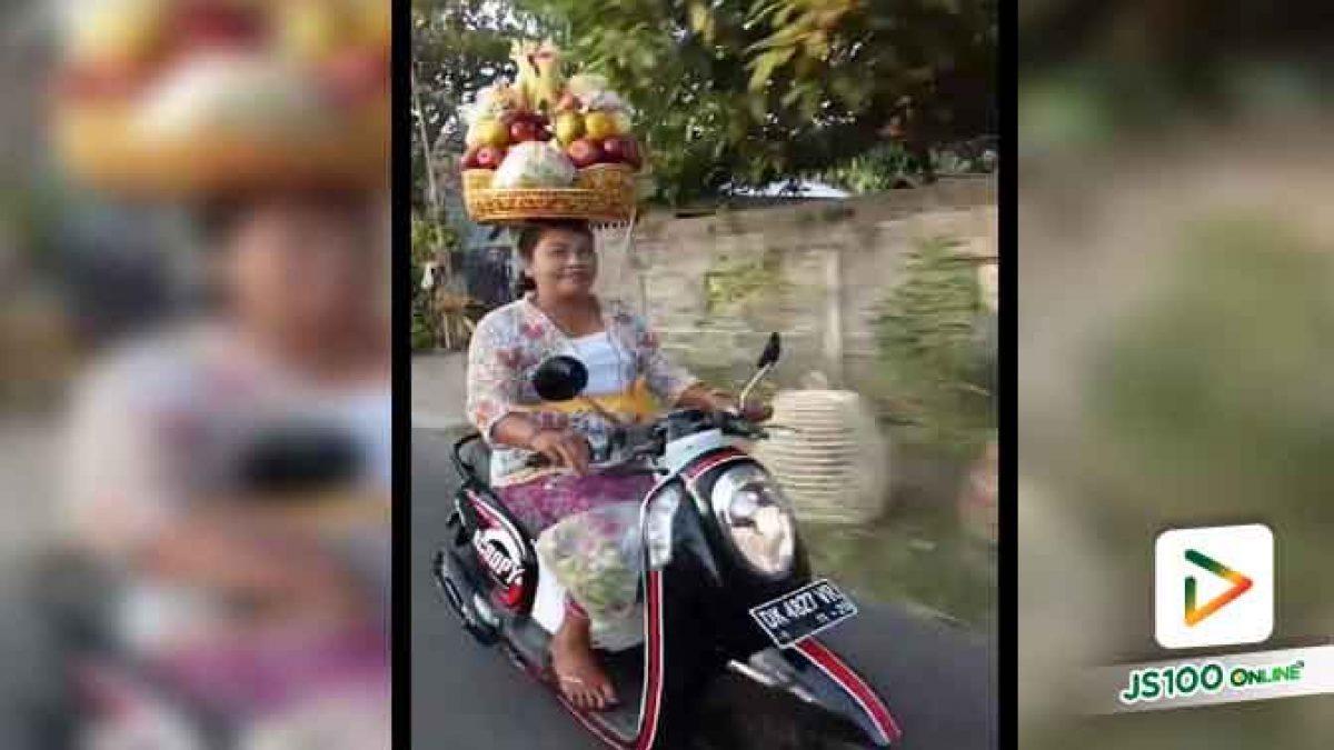 คลิปหญิงนำของวางบนศีรษะแล้วขับจักนยานยนต์ ที่ต่างประเทศ (19-06-61)