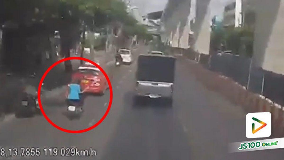 เปิดนาที! จยย.เบียดชนรถ ปอ.137 ก่อนคนขี่ถูกทับร่างซ้ำเสียชีวิต คนซ้อนบาดเจ็บ 2 คน