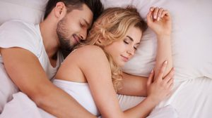นอนกอดแฟน นั้นดีกับหัวใจ! ผลวิจัยเผย สามารถลดความเสี่ยงโรคหัวใจได้
