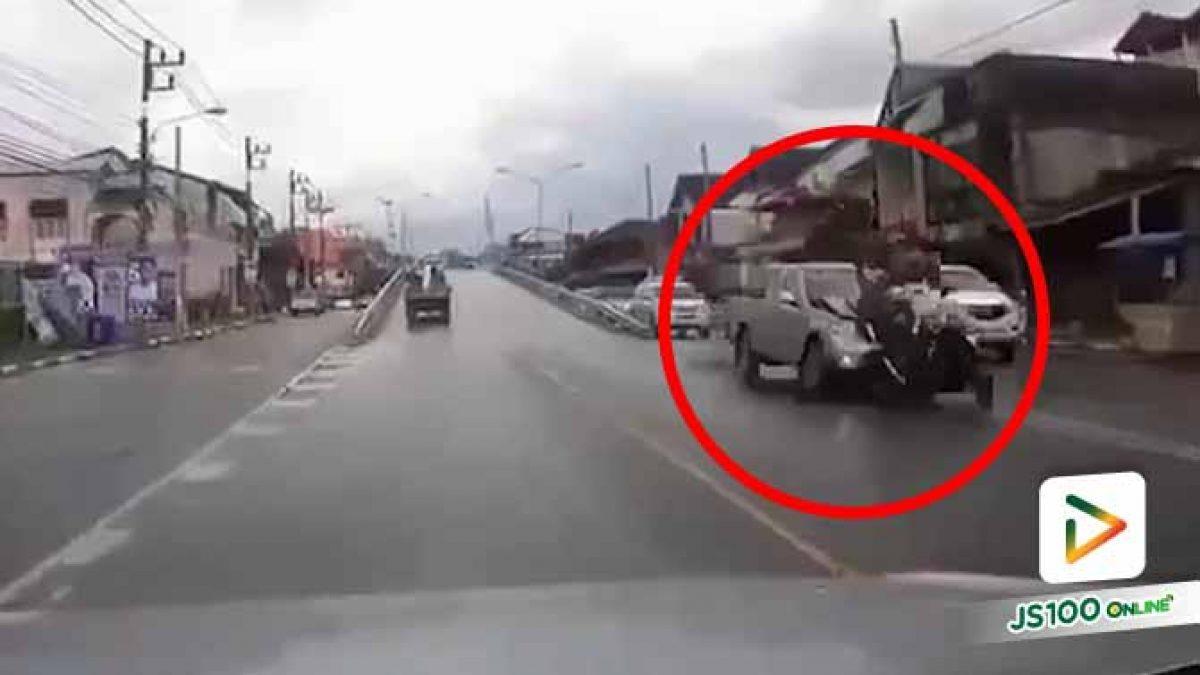ชายเมายา! ขับปิคอัพพุ่งชนท้ายจยย.ตำรวจสายตรวจ ร่างกระเด็นไกล บาดเจ็บ 2 คน (14/12/2020)