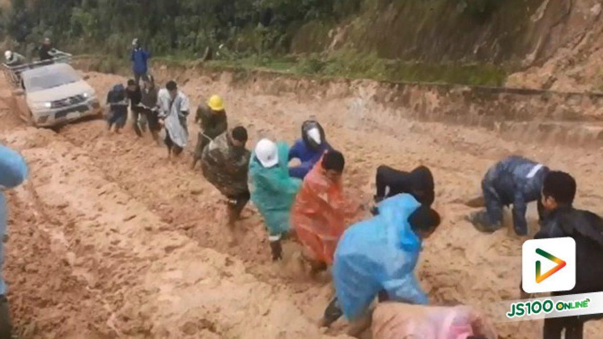 ครูดอยหัวใจแกร่ง!! กลุ่มครูโรงเรียนบ้านนาเกียน ช่วยกันลากรถปิคอัพที่ติดโคลนอย่างทุลักทุเล ขณะเดินทางขึ้นไปสอนหนังสือเด็กบนดอย (06/08/2019)