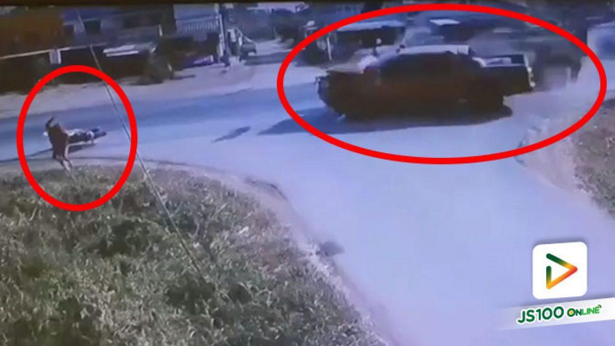 รถบรรทุกเลี้ยวตัดหน้าปิคอัพเบรคไม่ทันชนเต็มแรง ก่อนกระเด็นมาทางจยย. คนขี่รีบวิ่งหนี รอดหวุดหวิด