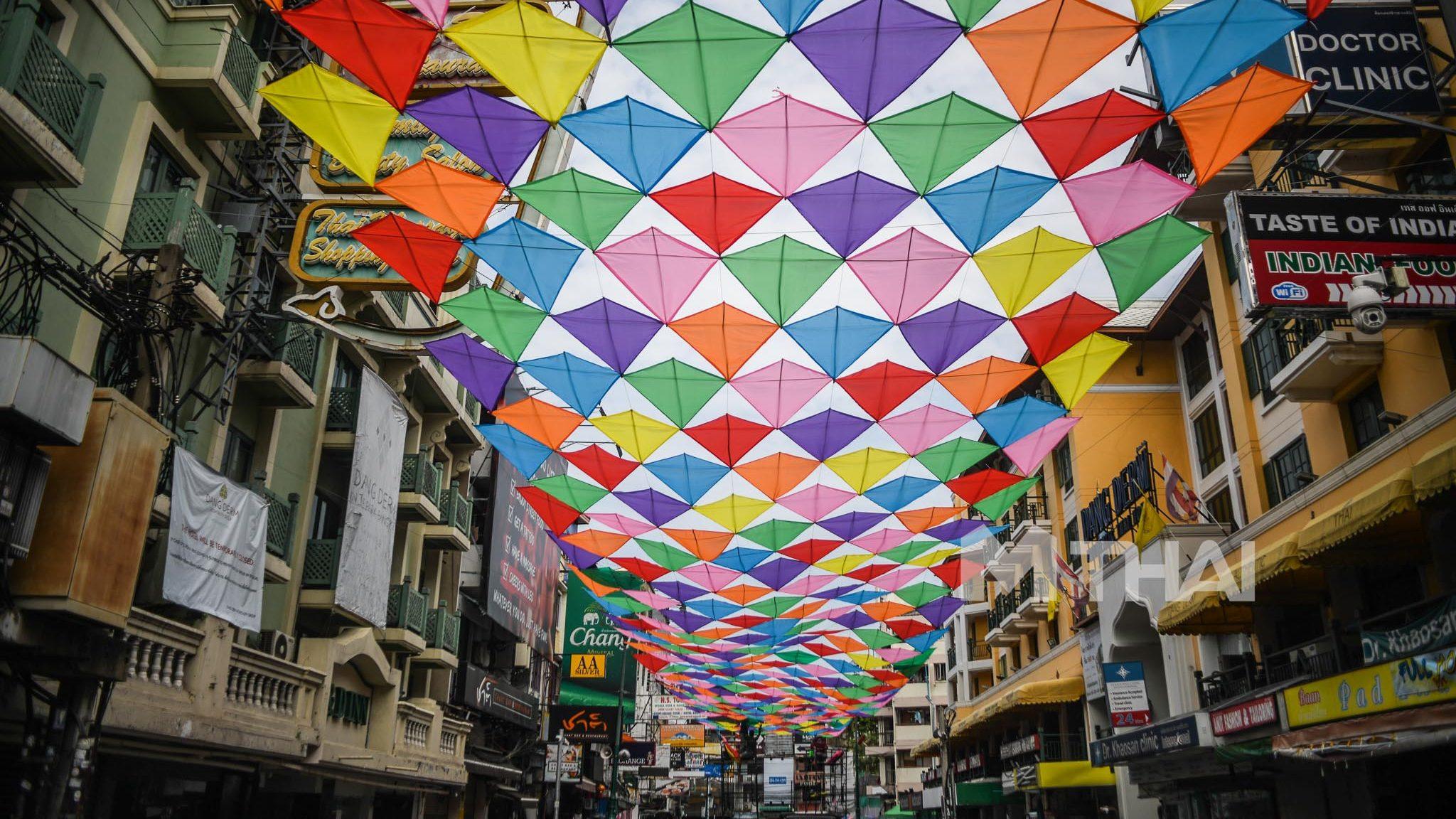 ว่าวปักเป้า! สร้างสีสันบน 'ถนนข้าวสาร' ในวันเงียบเหงาหลังโควิด-19 ซ้ำ