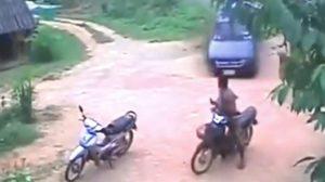 นาทีระทึก! หนุ่มถูกรถกระบะเสียหลักพุ่งชน ทั้งๆ ที่อยู่ไกลจากถนน