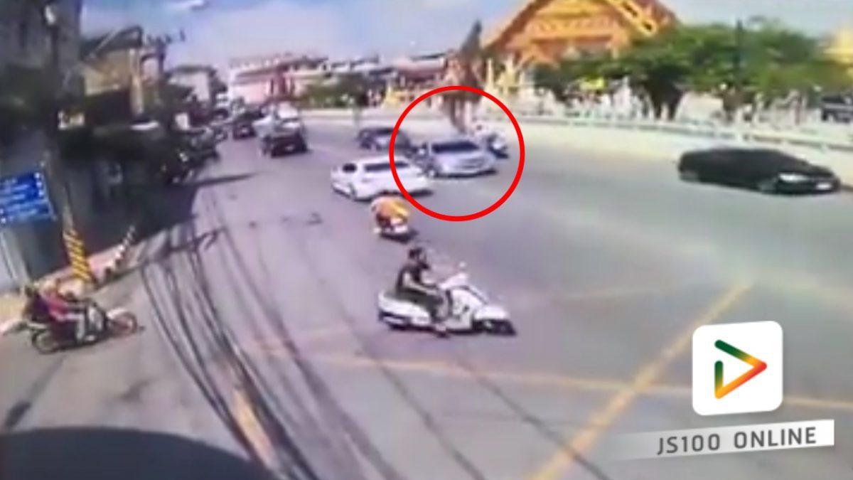 รถกระบะชนกับรถจักรยานยนต์ที่จอดเตรียมจะเลี้ยว (15-03-61)