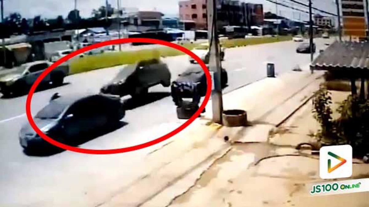 รถ SUV ซิ่งก่อนเบี่ยงออกซ้ายพุ่งชนเก๋งจอดข้างทาง หญิงยืนฝั่งคนขับถูกชนไปด้วย เสียชีวิต