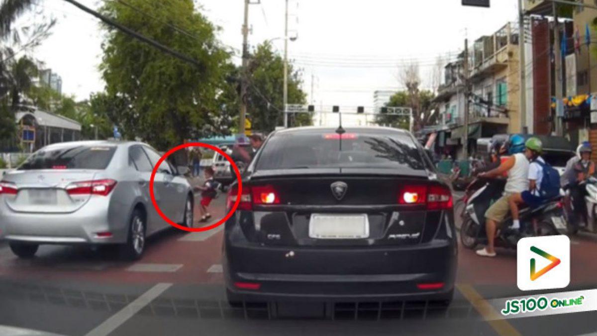 อุทาหรณ์ข้ามถนนทางม้าลาย รถต้องหยุด คนต้องระวัง หนูน้อยปล่อยมือจากผู้ปกครอง ถูกรถเก๋งชนที่ทางข้าม