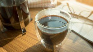 เตือน! ขับรถทางไกลดื่มกาแฟเกิน 4 แก้วต่อวัน เสี่ยงหัวใจเต้นเร็ว มือสั่น ใจสั่น