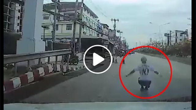 นาทีคนโดดสะพานลอย หวังให้รถชนซ้ำเสียชีวิต โชคหนีคนขับหลบทัน