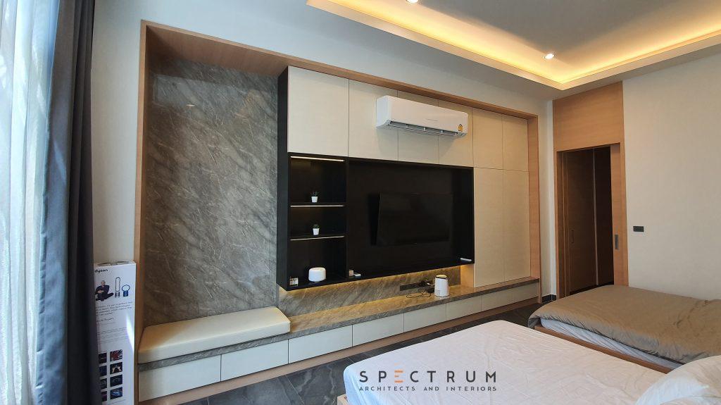 ห้องนอนชั้นล่าง ตกแต่งด้วยโทนขาวครีม ไม้สีอ่อน ตัดด้วยผนังหินอ่อนสีเทา