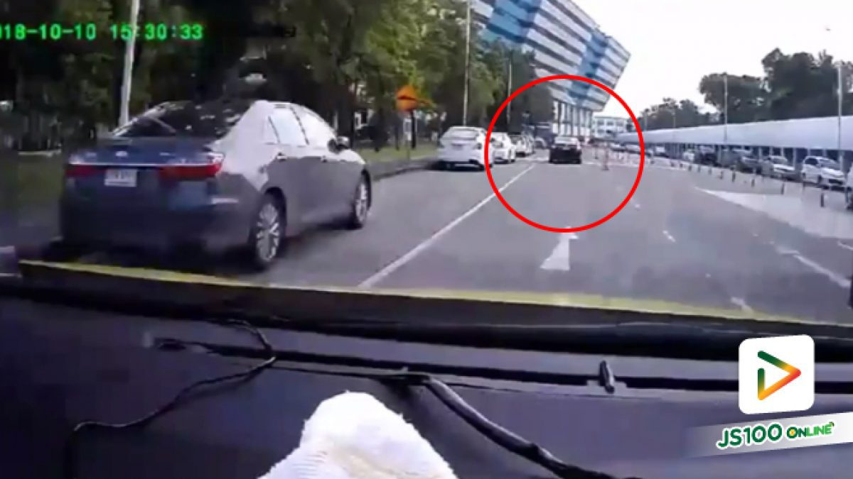 คลิปคุณลุงโมโหที่มีคนขับรถไปทางเดียวกันชักปืนจ่อ บริเวณศูนย์ราชการจังหวัดแจ้งวัฒนะ (16-10-61)