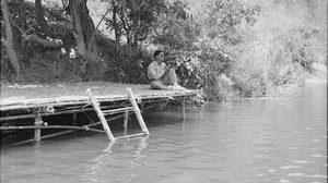 หาชมยาก ในหลวง ร.9 ประทับริมน้ำ ขณะเยี่ยมชาวไทยเชื้อสายกะเหรี่ยง