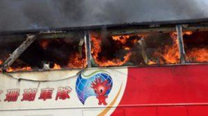 ระทึก! รถทัวร์จีนเสียหลักพุ่งชนรั้วข้างทาง ก่อนไฟลุกท่วมตายยกคัน