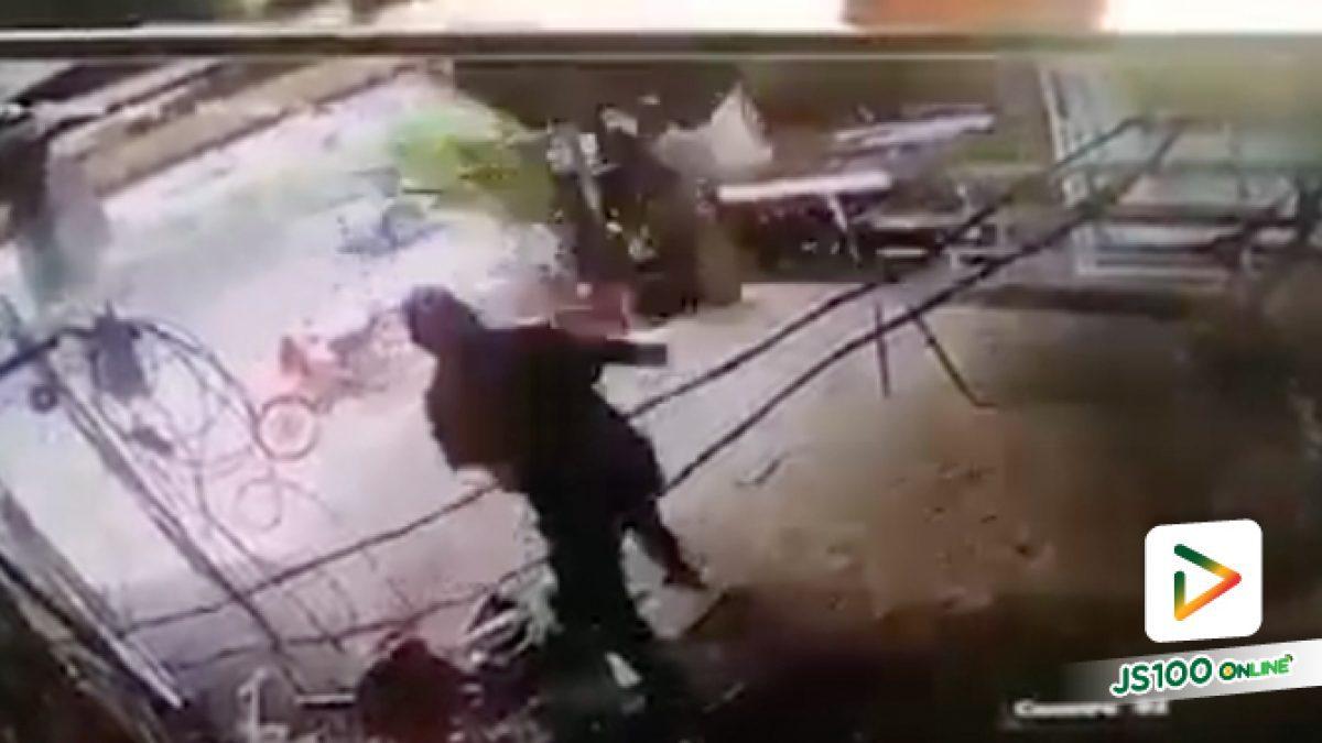 ปิคอัพวูบพุ่งเข้าชนร้านเหล็กดัด เฉี่ยวช่างกระโดดหลบทัน (9/1/63)