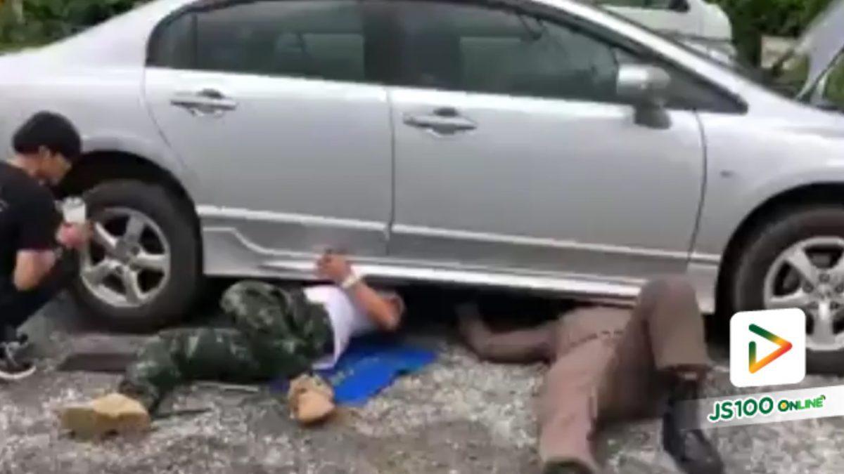 ตำรวจและผู้ใหญ่บ้านปากช่อง ใจเมตตา มุดใต้รถยนต์  ช่วยลูกแมวติดใต้ท้องรถนานกว่านานกว่า1 ชม. (29-04-2561)